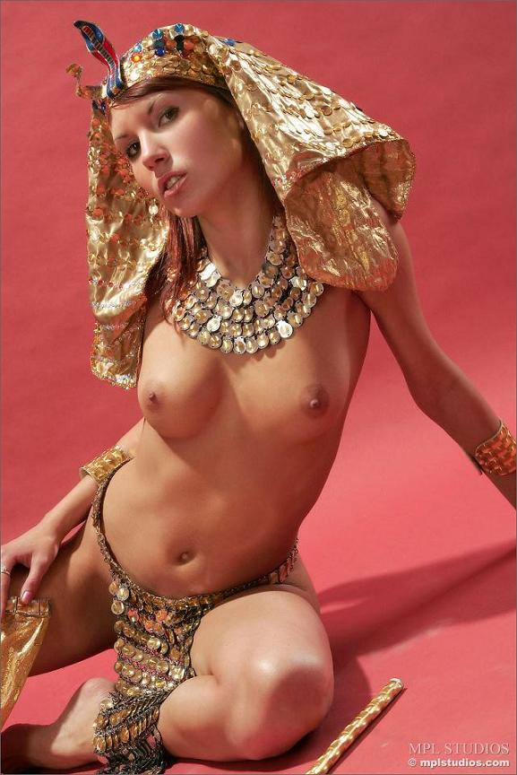 nude-cleopatra-multiple-large-pussy-rings